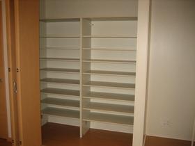 リビングに大きな収納スペース!! 「リビングスペースには必ず収納をとりたかった」とK様。今ではお子様のおもちゃがたっぷり収納できパソコンスペースまで確保しました。