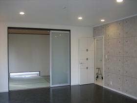 広々としたリビングの横には和室。 和室の小窓にもこだわりました☆ 和室の小窓から漏れる光が玄関先の足元を明るくします。