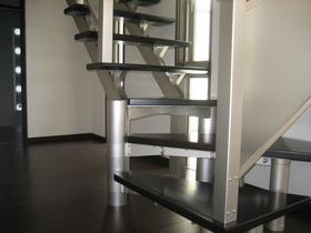 リビングのストリップ階段は光りを取り込みながら、美しいデザイン性もプラス。リビングに階段を設置することで、家族のコミュニケーションが自然と生まれる工夫も。