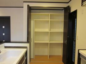 お薦めの一つでもあります 可動式キッチン収納棚は 食糧をたっぷり収納でき 使い勝手も良くとっても便利です。 後から棚を増やして頂く事も可能です☆