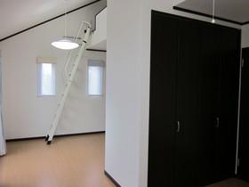 育児は子供部屋にはロフトを設けて、収納+秘密基地を用意しました。