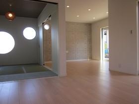 畳スペースと一体化できる開放的なLDK