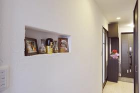廊下にニッチを設け写真を飾れば・・ 家族の想い出が溢れるお家に!!