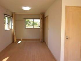 主寝室のクローゼットは 広々と明りのある空間へ