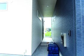屋根のある玄関アプローチでは、雨の日の荷物の出し入れや、玄関先でのおしゃべりも思う存分にしていただける事でしょう。