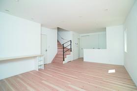 LDKには造作カウンターを設置し、奥様が家事をしながら目の行き届く空間でお子様がお勉強できるように工夫しました。