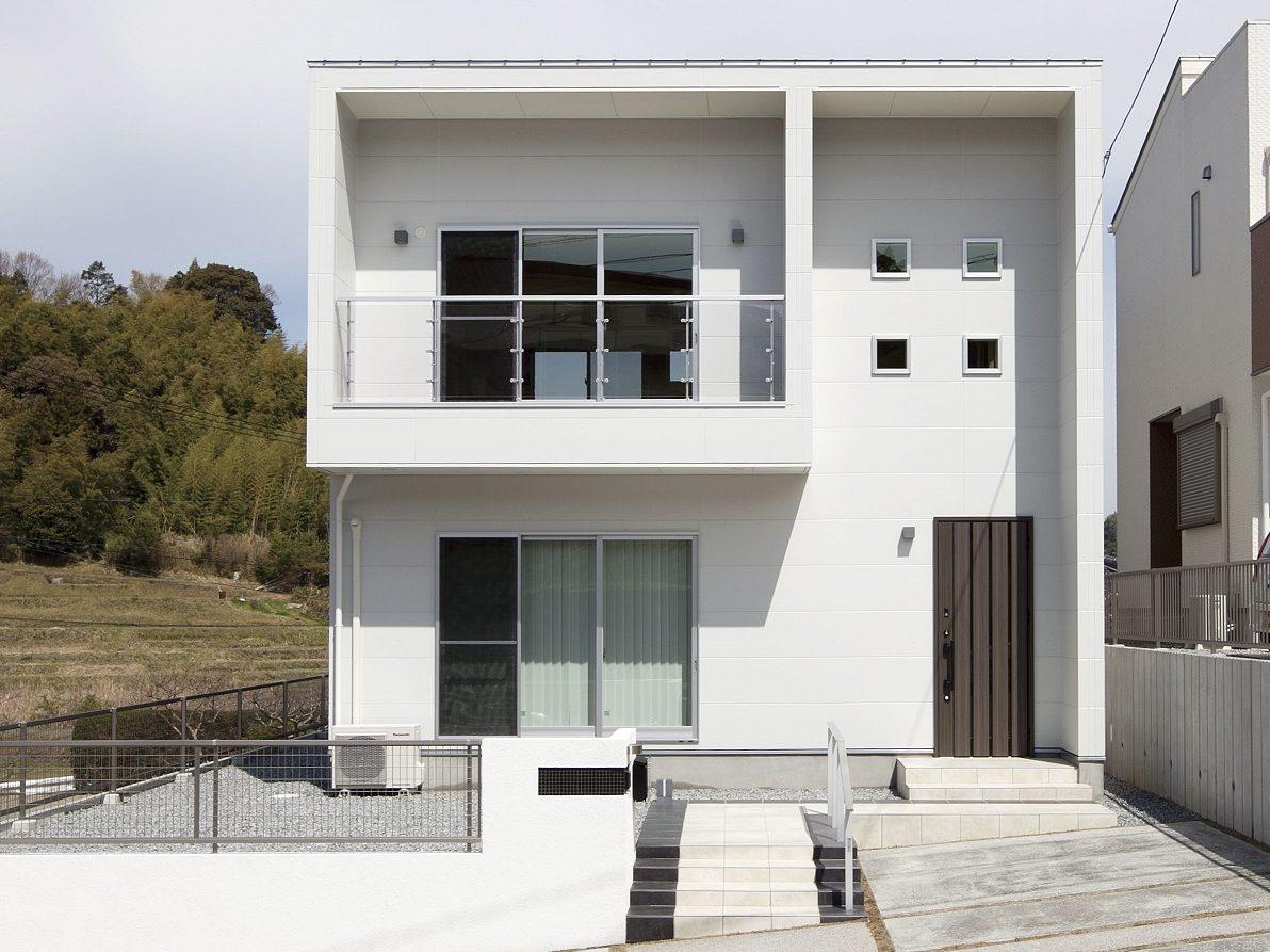 四角い白い家